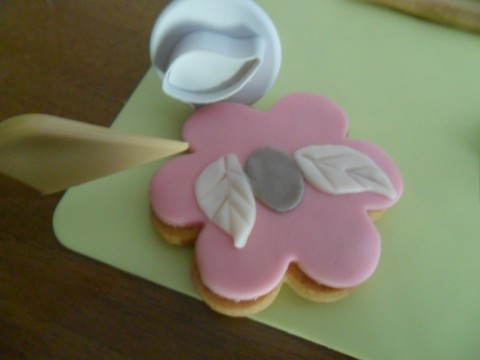 Potete anche ritagliare delle foglioline e appiccicarle sopra il fiore...