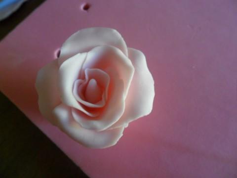 Ripetete l'operazione con altri quattro petali della stessa grandezza e attaccateli attorno agli altri petali, come una girandola.
