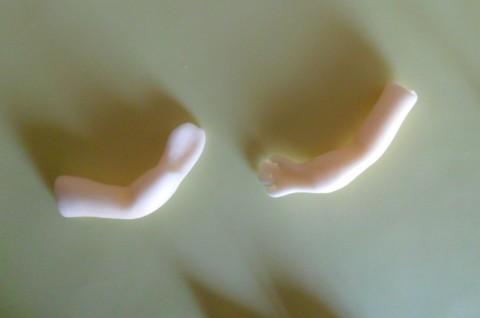 Per le braccia creare due salsicciotti e schiacciarli in prossimità del gomito. Schiacciare un estremità per fare la mano e tagliate le dita col taglierino.