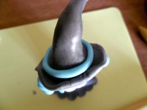 Creare un salsicciotto di pdz e attorcigliarlo attorno al cappello, come nastro.