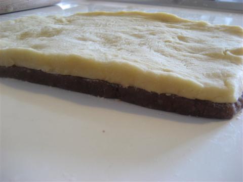 Sovraporre l'impasto bianco su quello a cacao