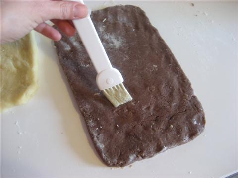 sbattere un albume d'uovo e spennellare la superficie della frolla al cioccolato