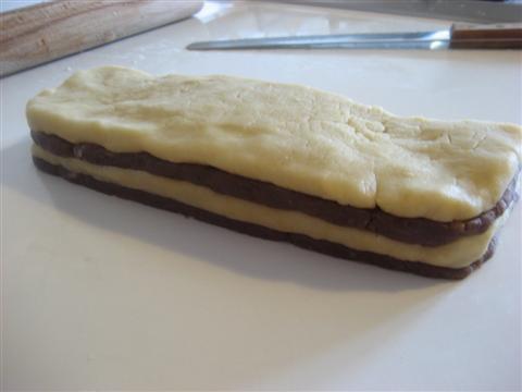 spennellare l'impasto bianco e sovraporre quello a cacao