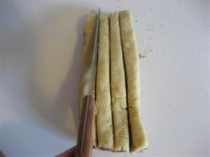 tagliare l'impasto in 4 filoncini