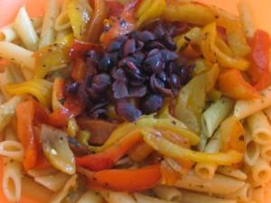 versare i peperoni e le olive nere snocciolate
