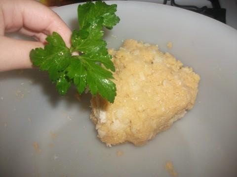 Aggiungere alle uova la mollica, i formaggi, il prezzemolo e creare un composto abbastanza omogeneo e compatto.