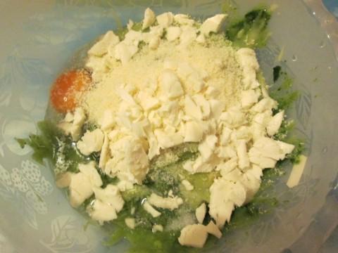 e il parmigiano con la mozzarella tagliata a dadini piccoli