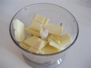 Ridurre in briciole il cioccolato bianco