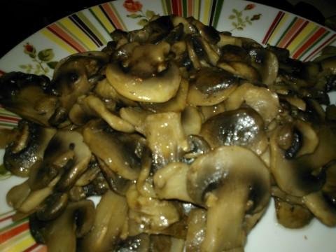 Pulire e tagliare i funghi, cuocerli con un pò di olio.