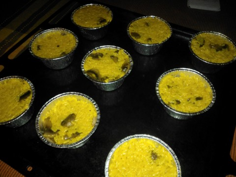 Quando il riso è pronto aggiungerci il formaggio, correggere di sale e mettere i restanti funghi. Poi aggiungere il riso facendo attenzione a non far cadere i funghi presenti nella vaschetta.