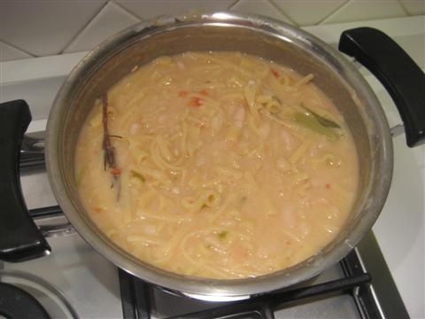 Durante la cottura della pasta sarà necessario aggiungere altra acqua calda. Aggiustare di sale.