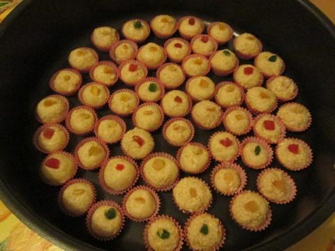 Creare delle palline e inserirle nei pirottini, aggingere sopra un pezzettino di frutta candita.