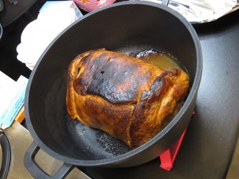 Infornate a 150° per 40 minuti, poi a 180° e l'ultima mezz'ora a 200°-220° con la funzione rosolatura (solo sopra). La crosta superiore della pasta sfoglia deve essere scura, quasi bruciacchiata.