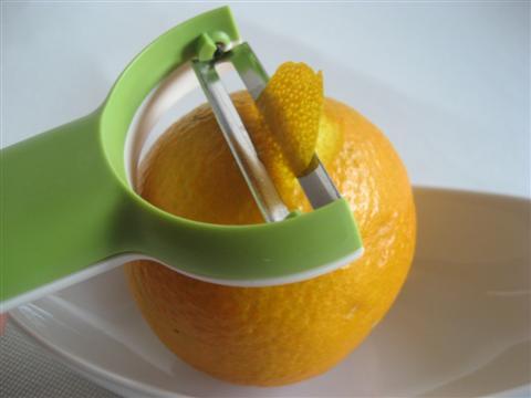 Lavare e tagliare le scorze d'arancia