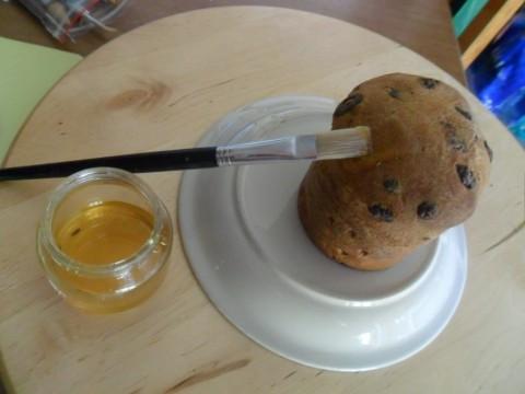 Spalmate con un filo di miele tutta la superficie del panettone