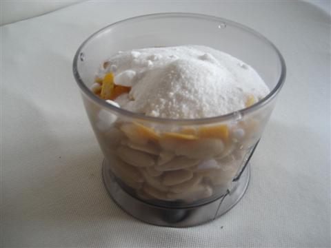 Tritare mandorle,scorze d'arancia e zucchero