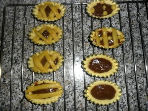 Con la pasta e la crema rimanente possiamo fare un altra crostata magari alla marmellata, oppure fare della barchette, cestini o delle crostatine sistemando la pasta frolla nelle apposite formine imburrate per bene.