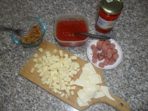 Guarnire le pizzette con gli ingredienti che preferite: mozzarella, sottiletta, provola, sottaceti e affettati vari .