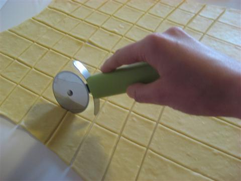 L'impasto dovrà diventare una sfoglia sottile di massimo 2 mm.