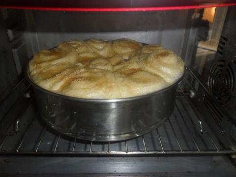 Cuocere la torta di rose in forno ventilato per 30 minuti prima di sotto a 180° e dopo sopra e sotto a 150° per circa 10 minuti.