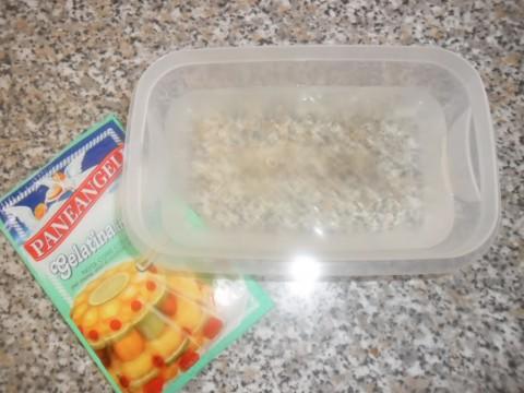 Ammollare la colla di pesce in un recipiente con acqua fredda per circa 10 minuti (o comunque seguire le istruzioni indicate nella confezione).