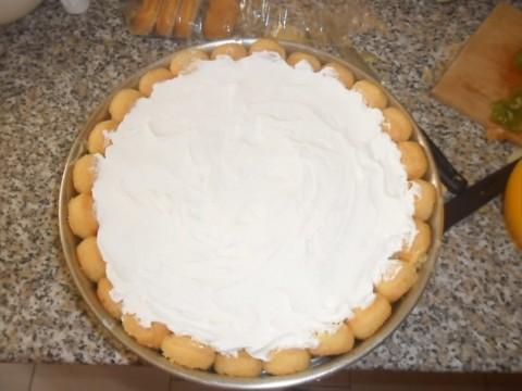 Montare la restante panna che useremo per decorare la torta