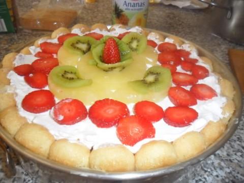 Decorare la torta con la frutta e con la panna a vostro piacimento