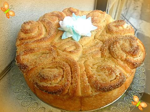 La torta di rose è pronta per essere servita!!