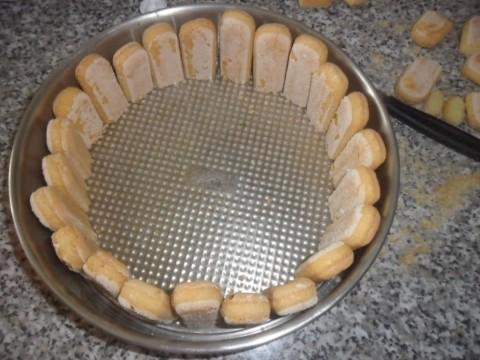 Sistemare i savoiardi ai bordi della cerniera, tagliare i pezzi in eccesso mettendoli da parte senza buttarli. Inzuppare i savoiardi nella bagna ...  (devono risultare non troppo ma neanche poco imbevuti).