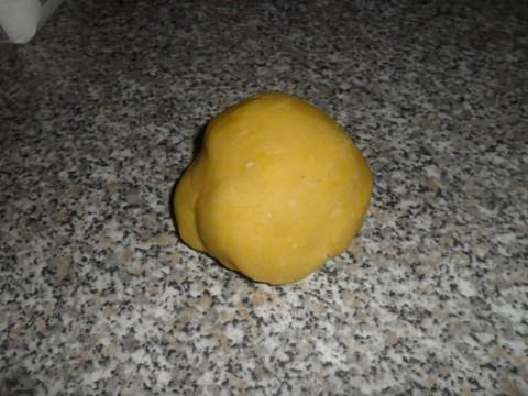 fino a formare una palla soda e liscia, avvolgerla nella pellicola trasparente