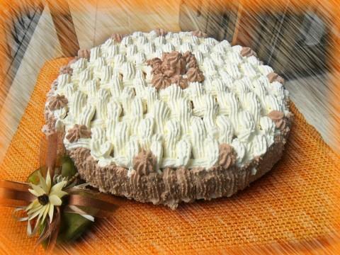 Possiamo decorare la nostra torta anche con semplice panna bianca in superficie e al cacao nei lati
