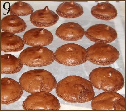 Cuocere i macarons per 10-12 minuti nel forno socchiuso. Togliere dal forno e far raffreddare per 1 ora prima di staccarli delicatamente (foto9).