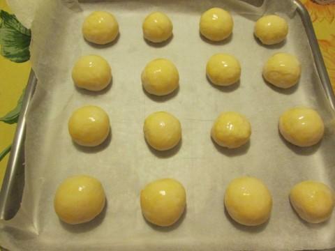 Spennellare i panini con l'uovo sbattuto e decorare a piacere con semi di sesamo o papavero. Io ho preferito lasciarli semplici.