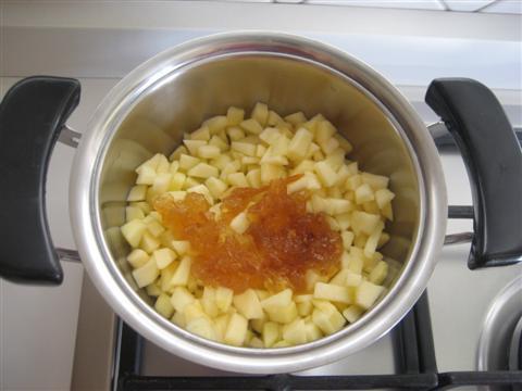 In un pentolino versare le mele e la marmellata