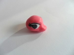 Create un minuscolo cordoncino di pdz nera da adagiare piano piano sopra l'occhio