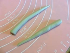 Create due cordoncini sottili con un colore diverso a scelta e assottigliate un'estremità