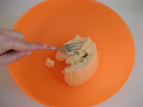 Preparare il ripieno. In una ciotola schiacciare la ricotta di pecora con una forchetta,