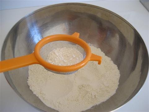Ora prepariamo l'impasto. In un'ampia ciotola setacciare la farina,