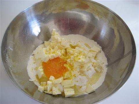l'uovo e la scorza grattugiata di un limone.