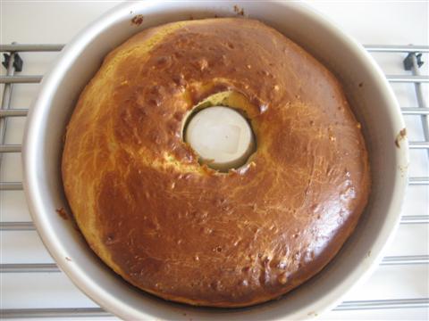 Cuocere il babà in forno preriscladato a 180° per circa 25/30 minuti. La superficie dovrà risultare leggermente dorata.