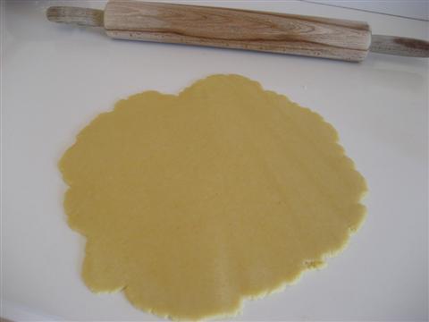 Tagliare il panetto in due parti uguali. Stendere la prima parte con un mattarello, lo spessore dovrà essere di 2 mm.
