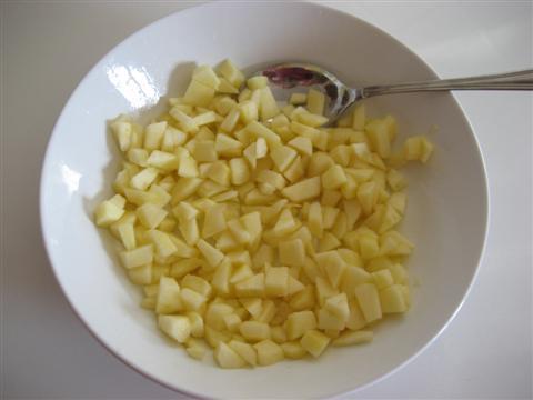 tagliare le mele a pezzetti e irroratele con il succo di limone