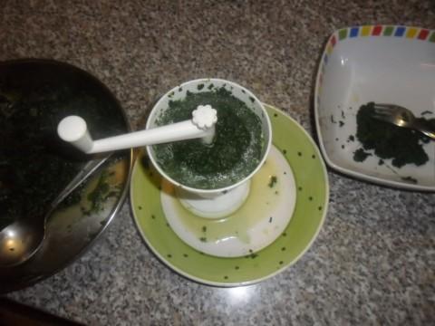 Prendere gli spinaci, passarli in un passatutto e metteteli in una ciotola