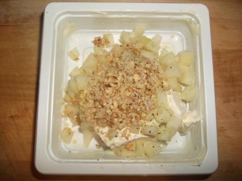 In una ciotola a parte mischiamo il gorgonzola con le noci tritate e la pera tagliata a cubettini