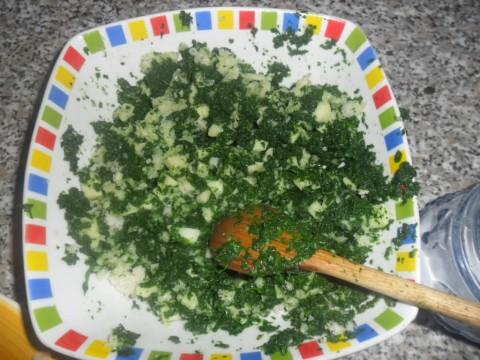 Aggiungere la provola tagliata a pezzetti piccoli, il grana e la mollica di pane, mescolare e amalgamare il tutto.