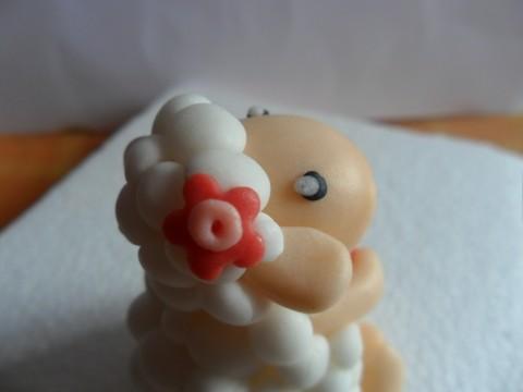 Un dolce fiorellino decorativo sul capo
