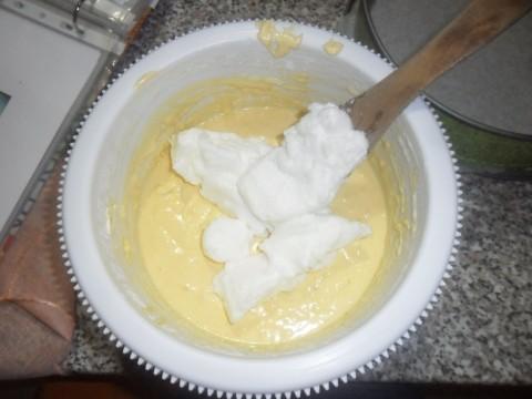 Aggiungere con movimenti delicati dall'alto verso il basso, i bianchi d'uovo precedentemente montati a neve ben ferma.