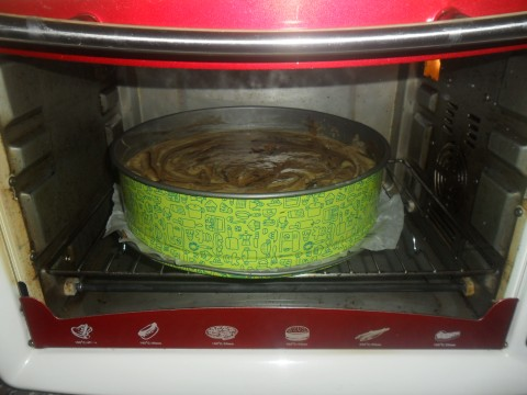 Far cuocere in forno caldo a 180° prima solo di sotto a forno ventilato per favorire la lievitazione, poi dopo circa 50 minuti quando vi regolate che è cotta dai bordi e si sente il profumo, accendete per qualche minuto solo di sopra .