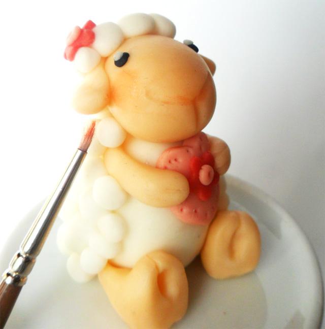 Dolci pasquali animali in pasta di zucchero: pecorella