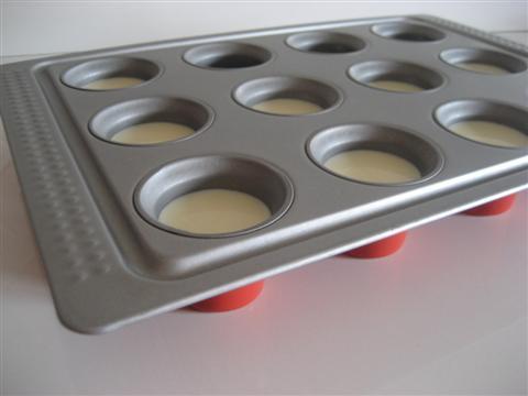 Versare il composto ottenuto negli stampini e mettere in frigo per 2 - 3 ore finchè saranno solidificati.